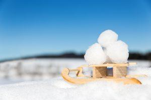 Schlitten mit Schneeäbllen